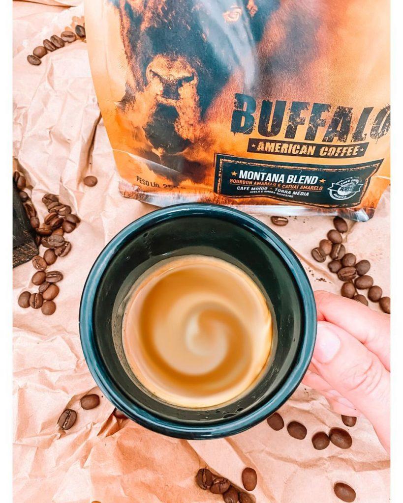 Embalagem de Café, grãos e uma xícara de café de manhã.