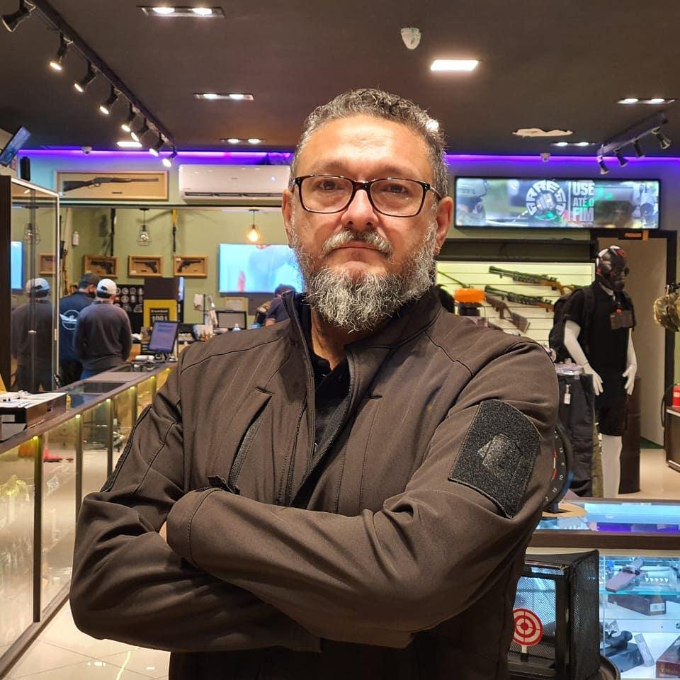 Bene Barbosa com jaqueta INVICTUS