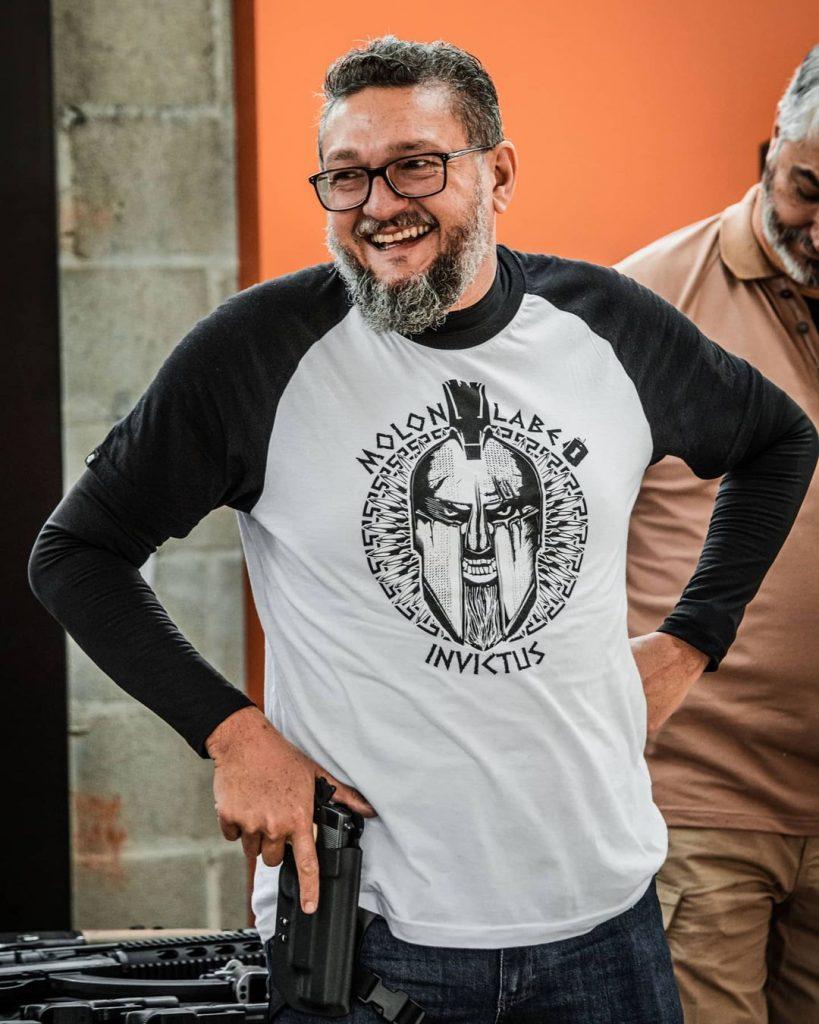 Bene Barbosa com arma e Concept INVICTUS.
